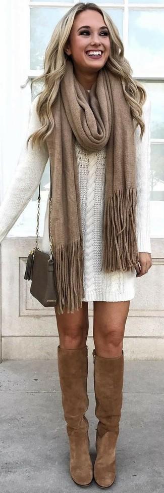 С чем носить коричневые замшевые сапоги: Белое платье-свитер — прекрасный наряд, если ты хочешь составить простой, но в то же время модный лук. Пара коричневых замшевых сапог поможет сделать ансамбль более законченным.