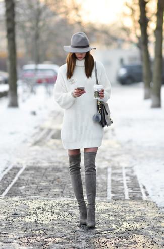 Как и с чем носить: белое платье-свитер, серые замшевые ботфорты, серая кожаная сумка-саквояж, серая шерстяная шляпа