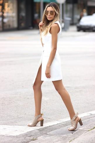 Как и с чем носить: белое платье-смокинг, бежевые кожаные босоножки на каблуке, золотые солнцезащитные очки