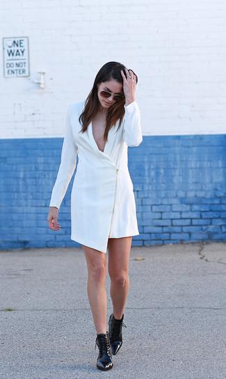 Как и с чем носить: белое платье-смокинг, черные кожаные ботильоны на шнуровке, темно-коричневые солнцезащитные очки