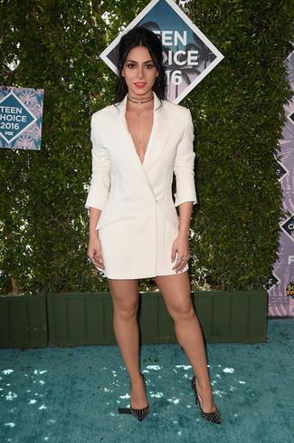 Как и с чем носить: белое платье-смокинг, черные кожаные туфли с шипами, черное ожерелье-чокер
