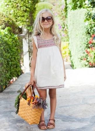 Как и с чем носить: белое платье с вышивкой, коричневые босоножки