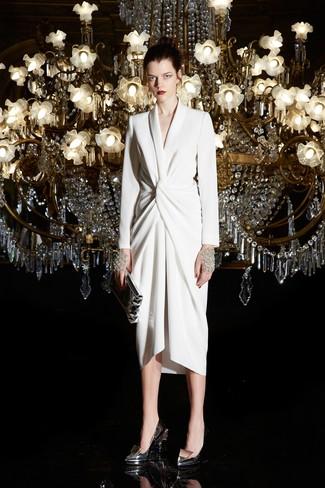 Как и с чем носить: белое платье с запахом, серебряные кожаные туфли, серебряный кожаный клатч