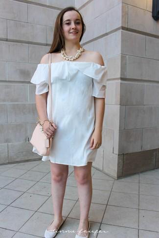 Как и с чем носить: белое платье с открытыми плечами, белые кожаные балетки, бежевая кожаная сумка через плечо, белое жемчужное ожерелье