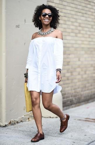 Как и с чем носить: белое платье с открытыми плечами, коричневые кожаные оксфорды, желтый кожаный клатч, прозрачное колье