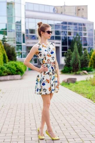 Как и с чем носить: белое платье с плиссированной юбкой с цветочным принтом, желтые кожаные балетки, черные солнцезащитные очки, белое жемчужное ожерелье