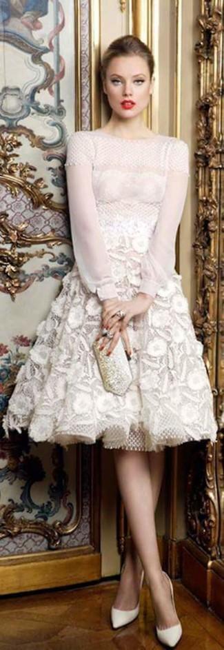 Как и с чем носить: белое кружевное платье с пышной юбкой, белые кожаные туфли, серебряный клатч с украшением, серебряное кольцо