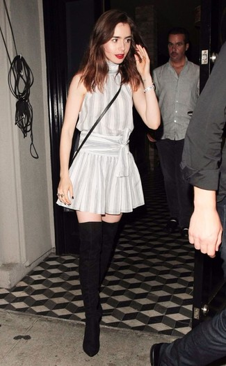 Как и с чем носить: белое платье с пышной юбкой в вертикальную полоску, черные замшевые ботфорты, черная кожаная сумка через плечо, серебряный браслет