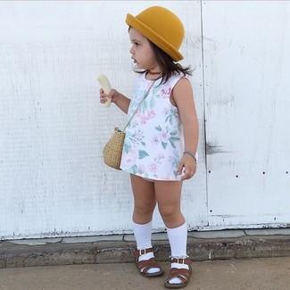 Как и с чем носить: белое платье с цветочным принтом, темно-коричневые босоножки, горчичная шляпа, белые носки