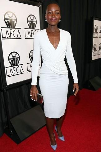 Как и с чем носить: белое платье-футляр, голубые кожаные туфли, золотой клатч, белое кольцо