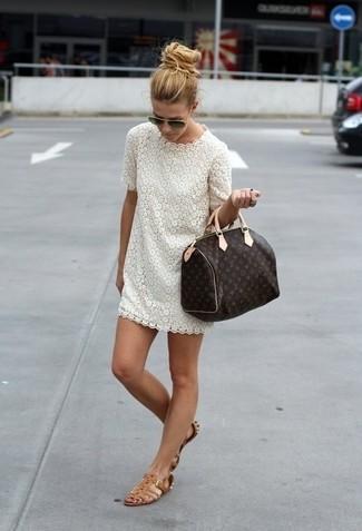 Как и с чем носить: белое кружевное платье-футляр, коричневые кожаные гладиаторы, темно-коричневая кожаная спортивная сумка с принтом, черные солнцезащитные очки