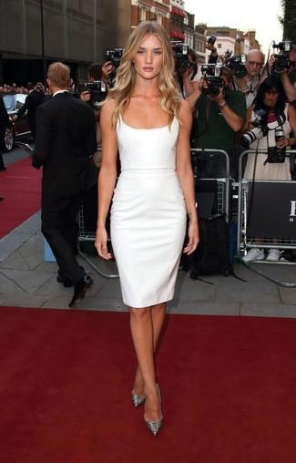 Как Rosie Huntington-Whiteley носит Белое платье-футляр, Серебряные кожаные туфли со змеиным рисунком