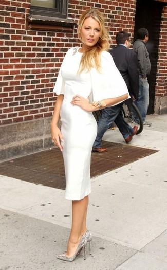 Как и с чем носить: белое платье-футляр, серебряные туфли с пайетками с украшением, прозрачная брошь, серебряный браслет