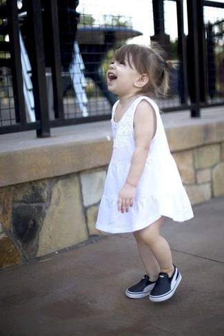 Как и с чем носить: белое платье, черные кеды