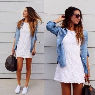 Как и с чем носить: белое кружевное повседневное платье, голубая джинсовая рубашка, белые плимсоллы, темно-коричневая кожаная спортивная сумка с принтом