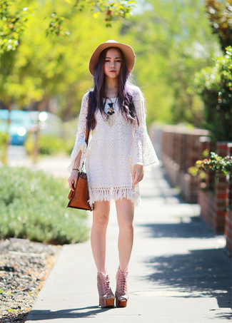 Белое повседневное платье крючком — отличный вариант для активного выходного дня. И почему бы не разбавить образ с помощью розовой обуви?