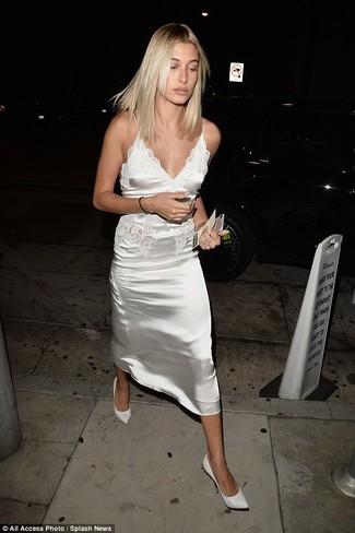 Как и с чем носить: белое сатиновое платье-комбинация, белые кожаные туфли, золотой браслет