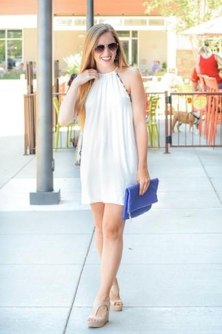 2d26df6b9ddb Как и с чем носить: белое свободное платье, бежевые кожаные босоножки на  танкетке,