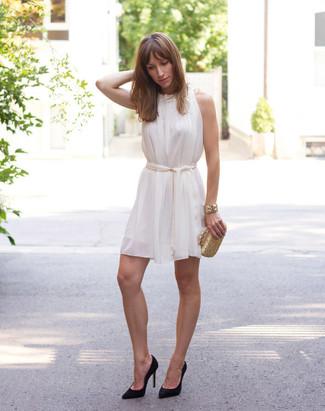 Золотой клатч: с чем носить и как сочетать: Белое шелковое свободное платье и золотой клатч — стильный выбор девчонок, которые постоянно в движении. Что касается обуви, черные замшевые туфли — самый целесообразный вариант.