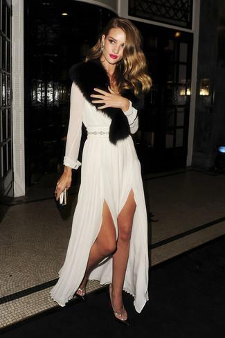 Модный лук: Белое шифоновое вечернее платье, Черные кожаные туфли, Черный меховой шарф