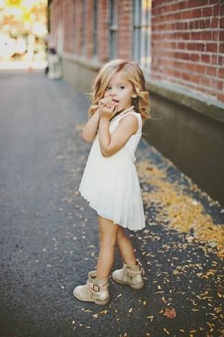 Как и с чем носить: белое шифоновое платье, золотые ботинки