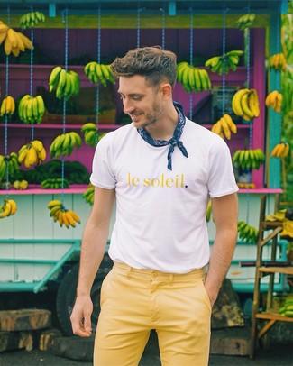"""Как и с чем носить: бело-желтая футболка с круглым вырезом с принтом, желтые брюки чинос, темно-синяя бандана с """"огурцами"""""""