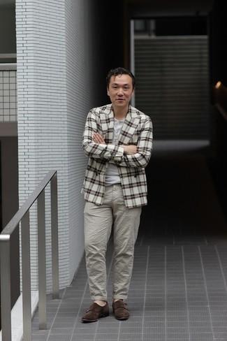 С чем носить бело-коричневый пиджак в шотландскую клетку мужчине: Комбо из бело-коричневого пиджака в шотландскую клетку и серых брюк чинос поможет создать модный, и в то же время мужественный ансамбль. Хотел бы добавить сюда нотку нарядности? Тогда в качестве дополнения к этому ансамблю, обрати внимание на темно-коричневые замшевые монки с двумя ремешками.