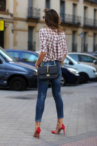 Как и с чем носить: бело-красная классическая рубашка в шотландскую клетку, темно-синие джинсы скинни, красные замшевые туфли, черная кожаная сумка через плечо