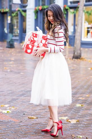 Как и с чем носить: бело-красная футболка с длинным рукавом в горизонтальную полоску, белая пышная юбка из фатина, красные сатиновые туфли