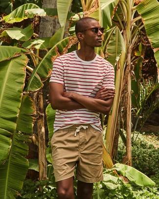Как и с чем носить: бело-красная футболка с круглым вырезом в горизонтальную полоску, светло-коричневые шорты, темно-коричневые солнцезащитные очки