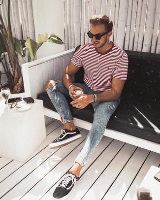 Черно-белые низкие кеды из плотной ткани: с чем носить и как сочетать мужчине: Такое простое и комфортное сочетание вещей, как бело-красная футболка с круглым вырезом в горизонтальную полоску и голубые рваные зауженные джинсы, придется по вкусу молодым людям, которые любят проводить дни активно. Любители свежих идей могут дополнить образ черно-белыми низкими кедами из плотной ткани, тем самым добавив в него толику нарядности.