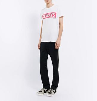 Как и с чем носить: бело-красная футболка с круглым вырезом с принтом, черно-белые спортивные штаны в вертикальную полоску, серые кроссовки
