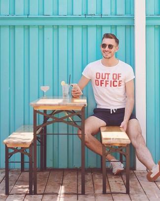 Модный лук: бело-красная футболка с круглым вырезом с принтом, темно-синие шорты для плавания, бежевые кроссовки, коричневые солнцезащитные очки