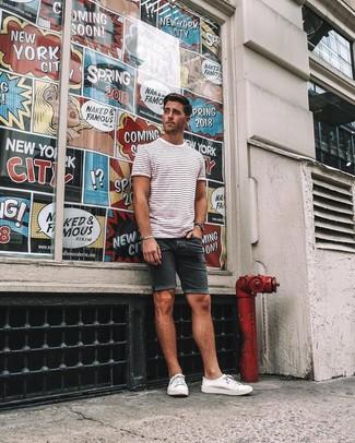 Как и с чем носить: бело-красная футболка с круглым вырезом в горизонтальную полоску, черные джинсовые шорты, белые низкие кеды из плотной ткани, черные часы