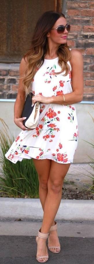 Как и с чем носить: бело-красное свободное платье с цветочным принтом, бежевые кожаные босоножки на каблуке, черно-белый кожаный клатч, темно-коричневые солнцезащитные очки