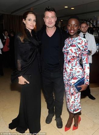 Как Lupita Nyong'o носит Бело-красно-синее облегающее платье с принтом, Красные замшевые туфли, Синий кожаный клатч