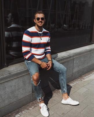 Как и с чем носить: бело-красно-синий свитер с круглым вырезом в горизонтальную полоску, синие рваные зауженные джинсы, белые низкие кеды, черные солнцезащитные очки