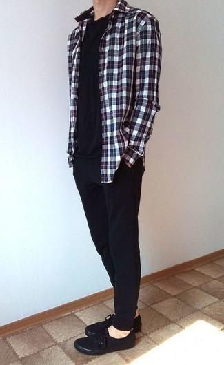 Черные спортивные штаны: с чем носить и как сочетать мужчине: Бело-красно-синяя рубашка с длинным рукавом в шотландскую клетку и черные спортивные штаны — выбор молодых людей, которые постоянно в движении. Хочешь добавить в этот образ немного классики? Тогда в качестве дополнения к этому ансамблю, выбери черные низкие кеды из плотной ткани.