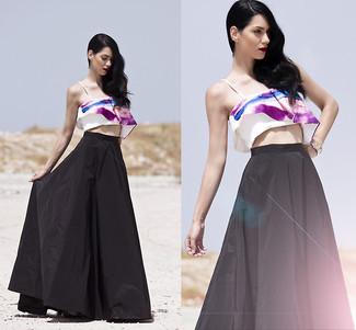 Как и с чем носить: бело-пурпурный укороченный топ с принтом, черная длинная юбка со складками