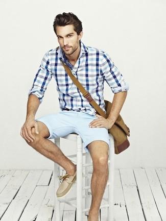 Как и с чем носить: бело-синяя рубашка с длинным рукавом в мелкую клетку, голубые шорты, бежевые кожаные топсайдеры, коричневая сумка почтальона из плотной ткани