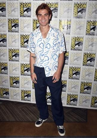 Модный лук: бело-синяя рубашка с коротким рукавом с принтом, белая майка, темно-синие брюки чинос, черно-белые низкие кеды из плотной ткани