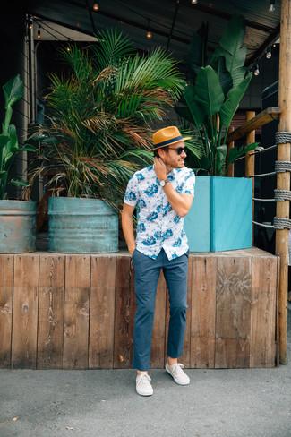 Как и с чем носить: бело-синяя рубашка с коротким рукавом с цветочным принтом, темно-синие брюки чинос, бежевые плимсоллы, светло-коричневая соломенная шляпа