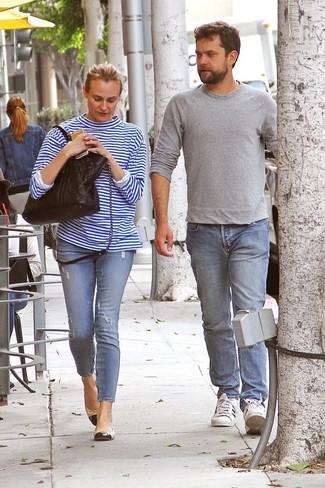 Как и с чем носить: бело-синяя футболка с длинным рукавом в горизонтальную полоску, голубые рваные джинсы скинни, черно-бежевые кожаные балетки, черная кожаная стеганая большая сумка