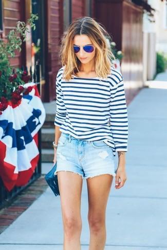 Как и с чем носить: бело-синяя футболка с длинным рукавом в горизонтальную полоску, голубые джинсовые шорты, темно-синий кожаный клатч, синие солнцезащитные очки