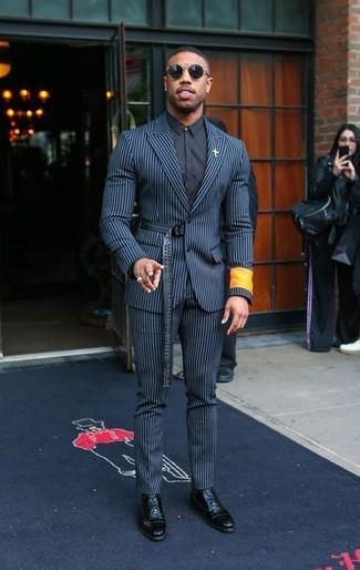 Как и с чем носить: бело-темно-синий костюм в вертикальную полоску, черная классическая рубашка, черные кожаные классические ботинки, черные солнцезащитные очки