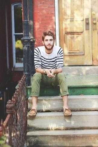 Как и с чем носить: бело-темно-синий свитер с круглым вырезом в горизонтальную полоску, оливковые брюки чинос, светло-коричневые кожаные топсайдеры