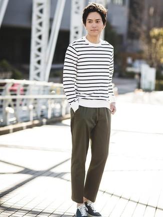 Как и с чем носить: бело-темно-синий свитер с круглым вырезом в горизонтальную полоску, оливковые брюки чинос, темно-синие низкие кеды из плотной ткани