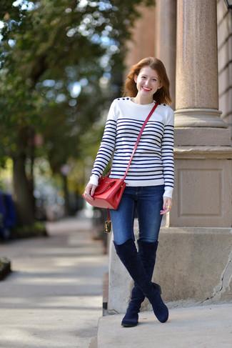 Модный лук: Бело-темно-синий свитер с круглым вырезом в горизонтальную полоску, Синие джинсы скинни, Темно-синие замшевые ботфорты, Красная кожаная сумка через плечо