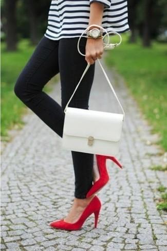 Сочетание бело-темно-синего свободного свитера в горизонтальную полоску и черных джинсов - очень практично, и поэтому великолепно подходит для создания беззаботного повседневного ансамбля. Очень гармонично здесь будут смотреться красные туфли.