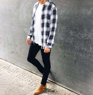 Как и с чем носить: бело-темно-синяя рубашка с длинным рукавом в шотландскую клетку, белая футболка с круглым вырезом, черные зауженные джинсы, светло-коричневые замшевые ботинки челси